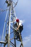 Guardalinee dell'elettricista di potenza sul lavoro sul palo Immagini Stock Libere da Diritti