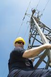 Guardalinee dell'elettricista di potenza sul lavoro sul palo Fotografie Stock Libere da Diritti