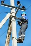 Guardalinee dell'elettricista di potere sul lavoro sul palo Fotografie Stock Libere da Diritti