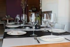 Guardamar del Segura, Alicante, Hiszpania Grudzień 8 2 017: Restauracja El Bocaito Piękny stołowy ustawianie z win szkłami, naczy Zdjęcia Stock