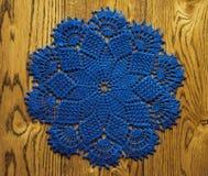 Guardanapo azul em um fundo de madeira Fotografia de Stock Royalty Free