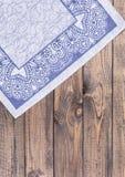 guardanapo azul na tabela de madeira Imagem de Stock Royalty Free