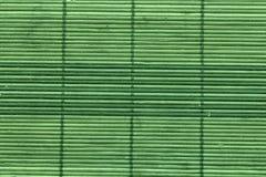Guardanapo de bambu do cal dourado na tabela, vista superior, superfície de madeira da textura foto de stock royalty free