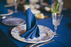 Guardanapo de linho azul na tabela de jantar Foto de Stock Royalty Free