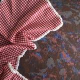 Guardanapo de matéria têxtil da cozinha em uma pilha vermelha e branca Fotografia de Stock