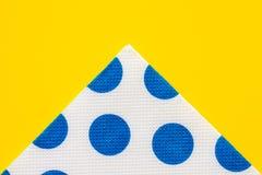 Guardanapo de papel na tabela amarela Imagem de Stock
