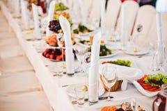 Guardanapo do casamento no copo na tabela Foto de Stock