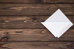 Guardanapo do Livro Branco no fundo de uma tabela de madeira imagem de stock royalty free