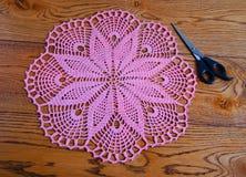 Guardanapo e tesouras cor-de-rosa em um fundo de madeira Fotos de Stock Royalty Free