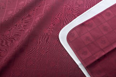 Guardanapo na toalha de mesa vermelha fotografia de stock royalty free