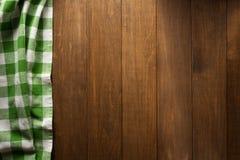 Guardanapo verificado na madeira imagem de stock royalty free
