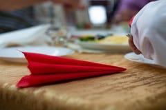 Guardanapo vermelho na tabela no casamento com fundo borrado Detalhes do casamento na opinião do close-up imagem de stock