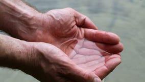 Guardando a água nas mãos colocadas filme