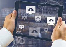 Guardando ícones da tabuleta e do computador da transferência de arquivo pela rede sobre a cidade Imagem de Stock Royalty Free