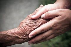Guardando as mãos Fotografia de Stock Royalty Free