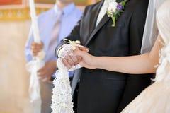 Guardando as mãos na igreja Fotos de Stock Royalty Free