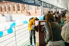Guardando attraverso i binoulars la candidatura della Francia per la fiera di mondo 202 Fotografia Stock Libera da Diritti