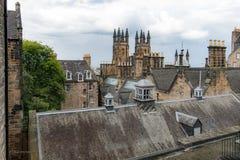 Guardando attraverso i tetti di Edimburgo con le torri gemelle di immagine stock
