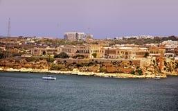 Guardando attraverso il mare del porto in Vallenta Malta fotografia stock
