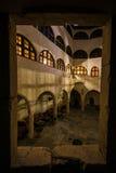 Guardando attraverso la finestra del castello Matzen sopra il cortile medievale moderno Immagini Stock Libere da Diritti