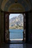 Guardando attraverso la porta aperta sulla montagna. Fotografia Stock