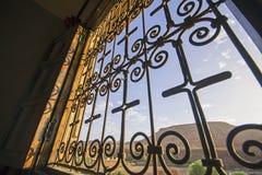 Guardando attraverso le barre di finestra Fotografia Stock