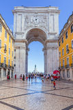 Guardando attraverso Rua Augusta Arch a Lisbona Fotografia Stock