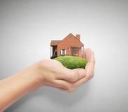 Guardando a casa que representa em casa Fotografia de Stock Royalty Free
