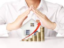 Guardando a casa que representa em casa Imagens de Stock Royalty Free