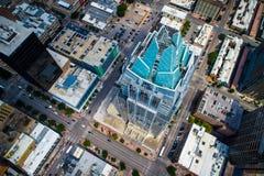 Guardando dall'alto in basso il gelo conti le punte di Owl Building della torre ed il paesaggio urbano moderno dell'orizzonte del immagini stock libere da diritti
