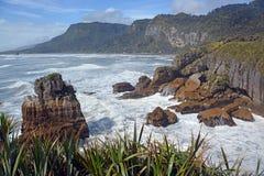 Guardando del nord dalle rocce di Punakaiki verso Karamea, Nuova Zelanda Fotografia Stock