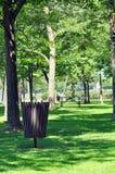 Guardando el parque limpie Imagenes de archivo