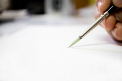 Guardando a escova da arte no Livro Branco Fotos de Stock