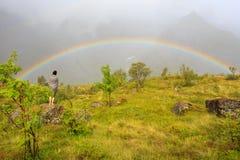Guardando fisso ad un arcobaleno di Lofoten Fotografie Stock