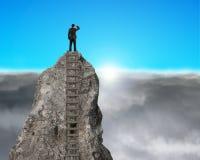 Guardando fisso sopra la montagna rocciosa con alba Immagini Stock Libere da Diritti