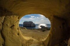 Guardando fuori della caverna sabbiosa Immagini Stock