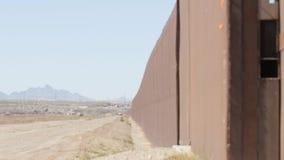 Guardando giù il Fenceline sul confine del Messico e degli Stati Uniti video d archivio