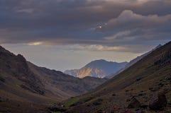 Guardando giù la valle da Toubkal du Refuge Fotografia Stock Libera da Diritti
