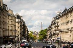 Guardando giù la via con la torre Eiffel a Parigi Fotografie Stock Libere da Diritti