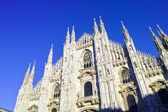 guardando i Di Milano del duomo che significa Milan Cathedral in Italia, con la b Fotografie Stock Libere da Diritti