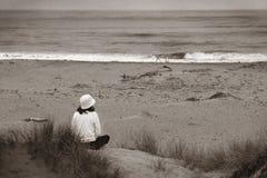 Guardando l'oceano (bw) Fotografie Stock