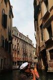 Guardando la bella città di Venezia usando la gondola Fotografia Stock Libera da Diritti