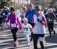 Guardando a mão das filhas ao correr 5K Fotos de Stock Royalty Free
