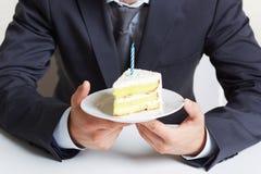 Guardando o bolo Fotos de Stock Royalty Free