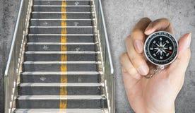 Guardando o compasso para o sentido a mover a escada Foto de Stock Royalty Free