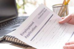 Guardando o formulário de candidatura vazio do emprego Foto de Stock