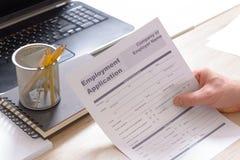 Guardando o formulário de candidatura vazio do emprego Imagens de Stock Royalty Free