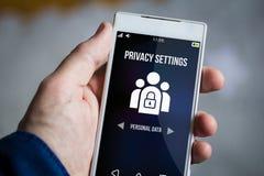 guardando o smartphone dos ajustes da privacidade fotos de stock royalty free