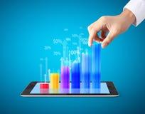 Guardando o tablet pc com gráfico Imagem de Stock