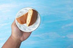 Guardando a placa com o sandu?che japon?s da panqueca do dorayaki foto de stock